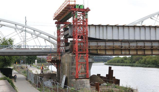 Tak buduje się nowy most kolejowy na Wiśle