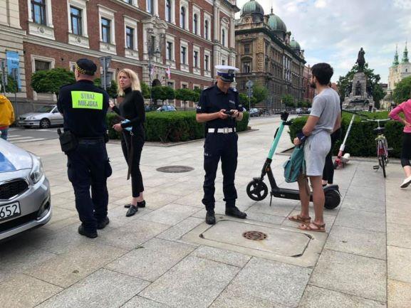 Hulajnogi pod lupą strażników miejskich i policjantów