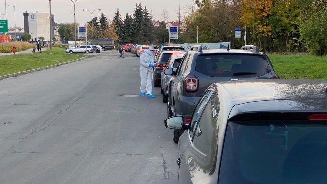 Kolejka do testów na koronawirusa przy ul. Radzikowskiego