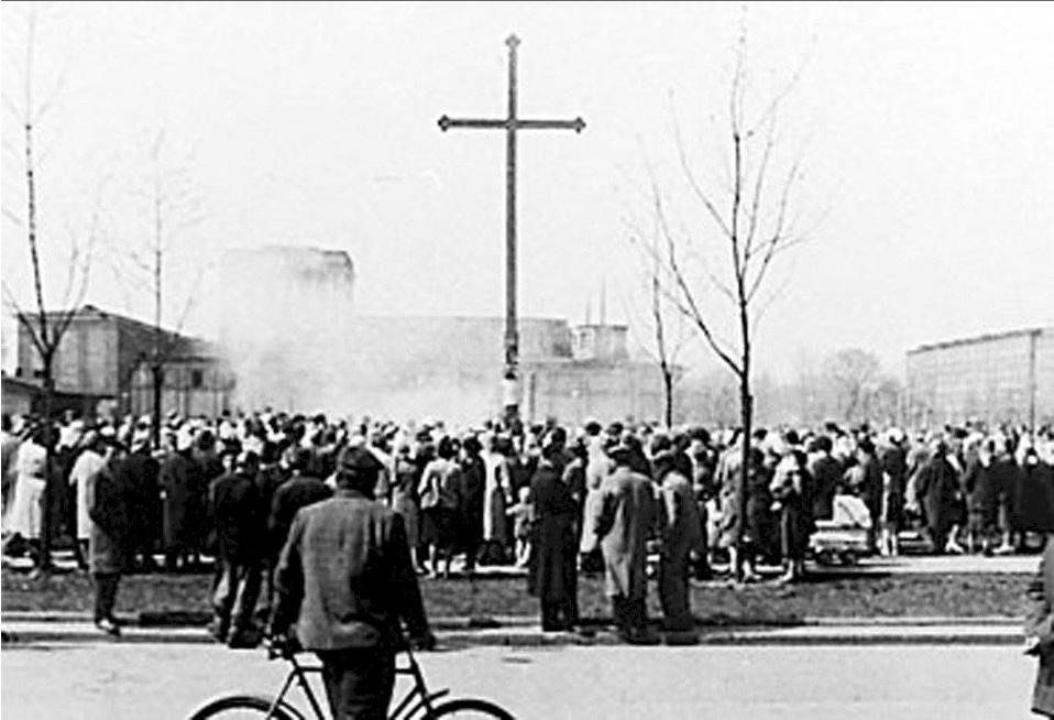 Drewniany krzyż stanął 17 marca 1957 roku