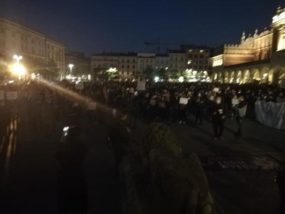 Drugi dzień protestów na Rynku Głównym w Krakowie
