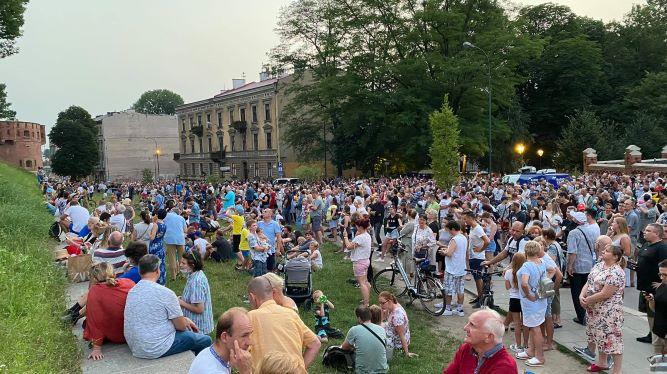 Tłumy słuchały jubileuszowego bicia dzwonu Zygmunt