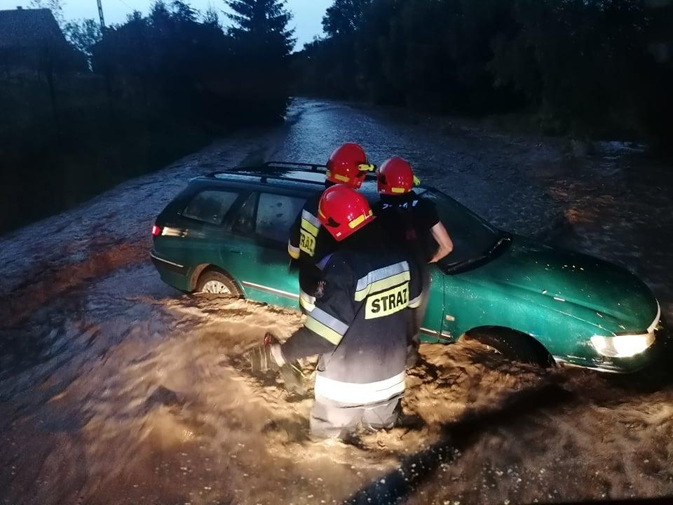 Woda porwała auto z kierowcą