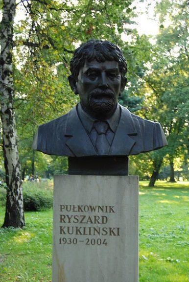 Pomnik płk. Ryszarda Kuklińskiego w Parku Jordana w Krakowie / fot. Skabiczewski / wikipedia