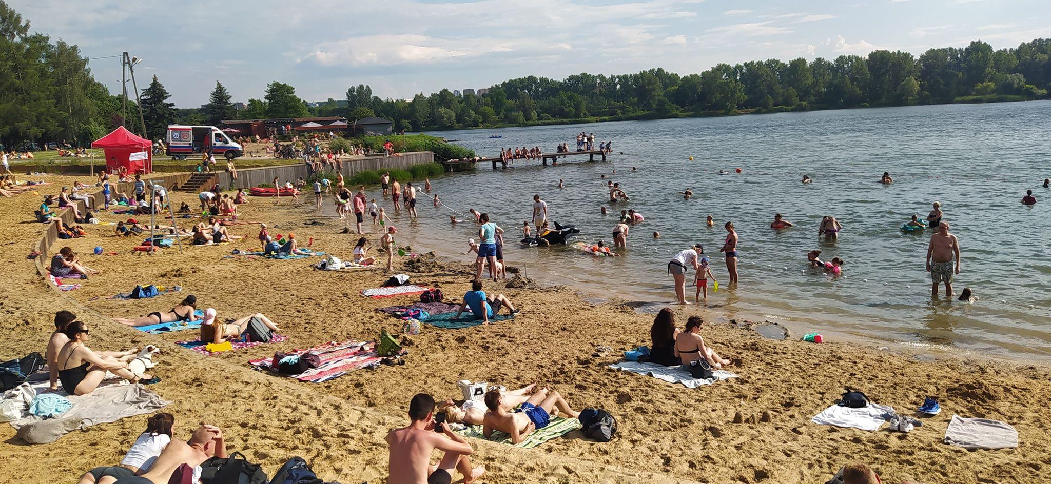 Plaża Bagry oficjalnie otwarta! Krakowianie chętnie spędzają czas nad wodą [zdjęcia]