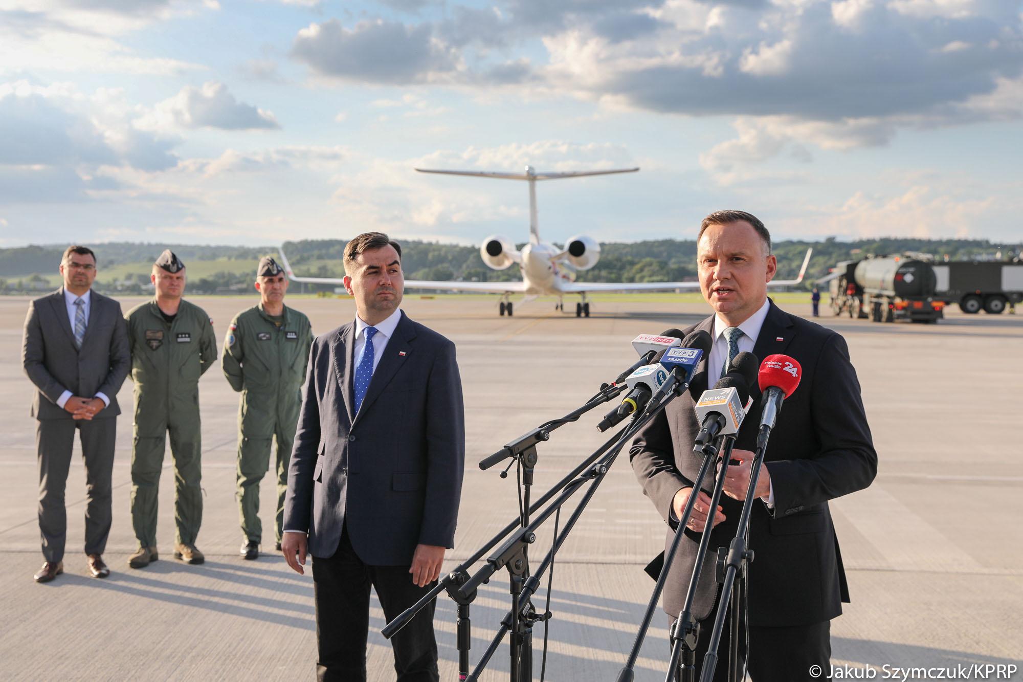 Andrzej Duda lubi latać rządowym samolotem. Także do Krakowa