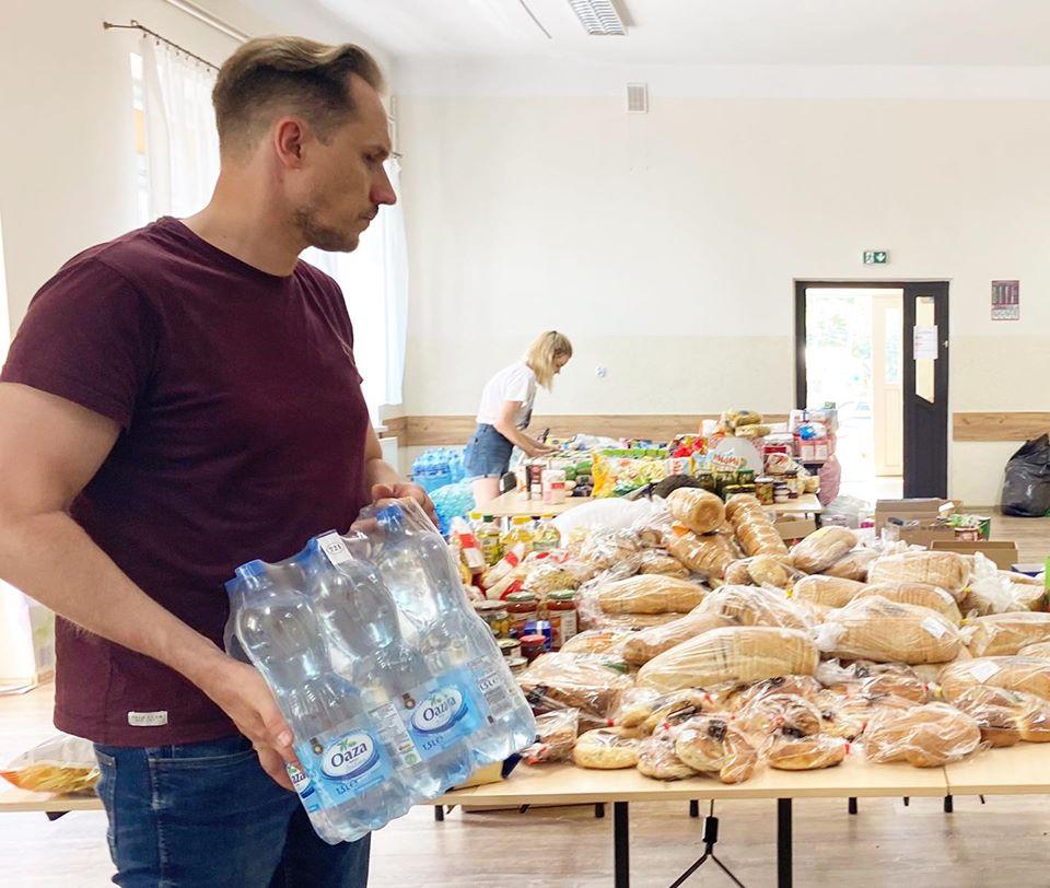 Konrad Berkowicz pomaga powodzianom z Trzcinicy. Poseł apeluje o wsparcie akcji charytatywnych