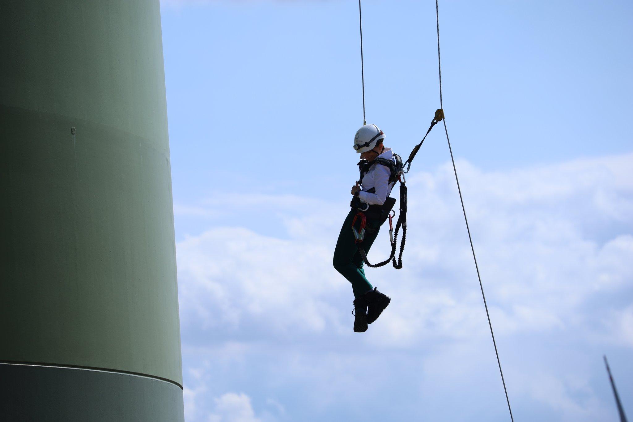 Emilewicz zjechała na linie ze szczytu ponad stumetrowej turbiny wiatrowej! Nietypowe wejście na konferencję