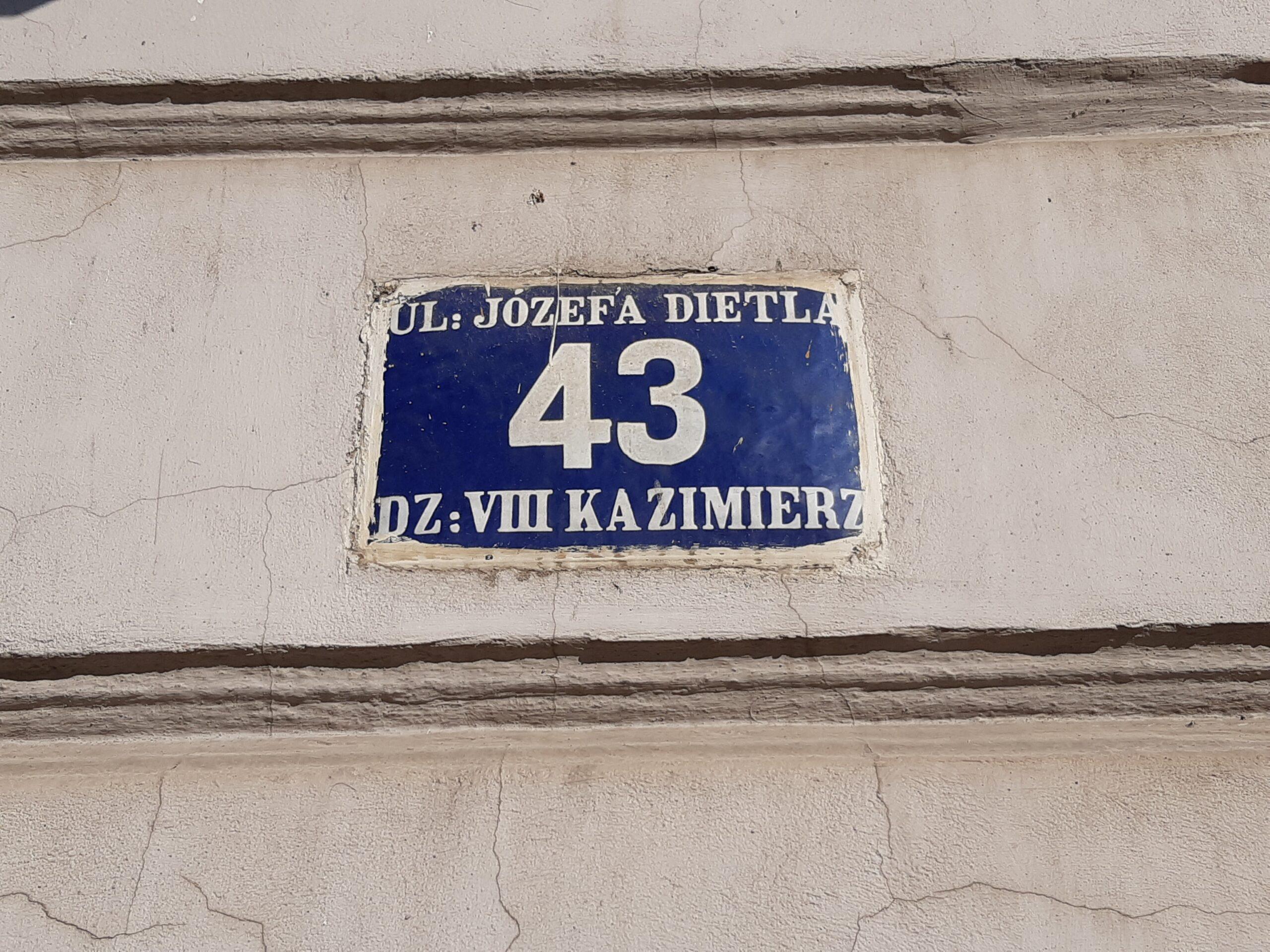 Na każdym budynku: numer, ulica i nazwa dzielnicy. W Krakowie czeka nas wymiana tabliczek?