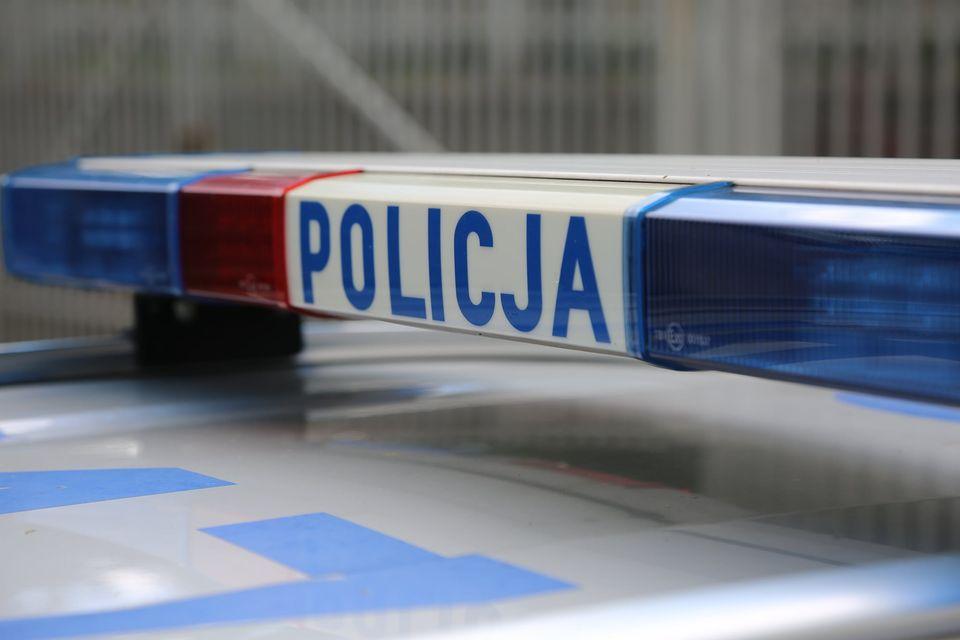 Dramatyczne sceny w Wieliczce! Policjanci wyłamali drzwi, by ratować zarażoną koronawirusem staruszkę