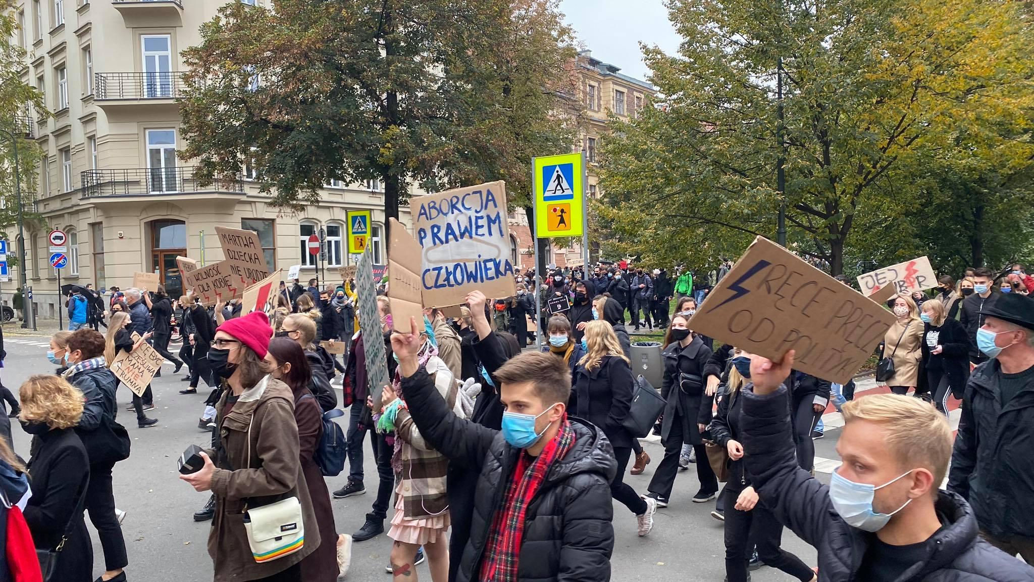 Krakowianie przynieśli chryzantemy i znicze pod siedzibę PiS w Krakowie