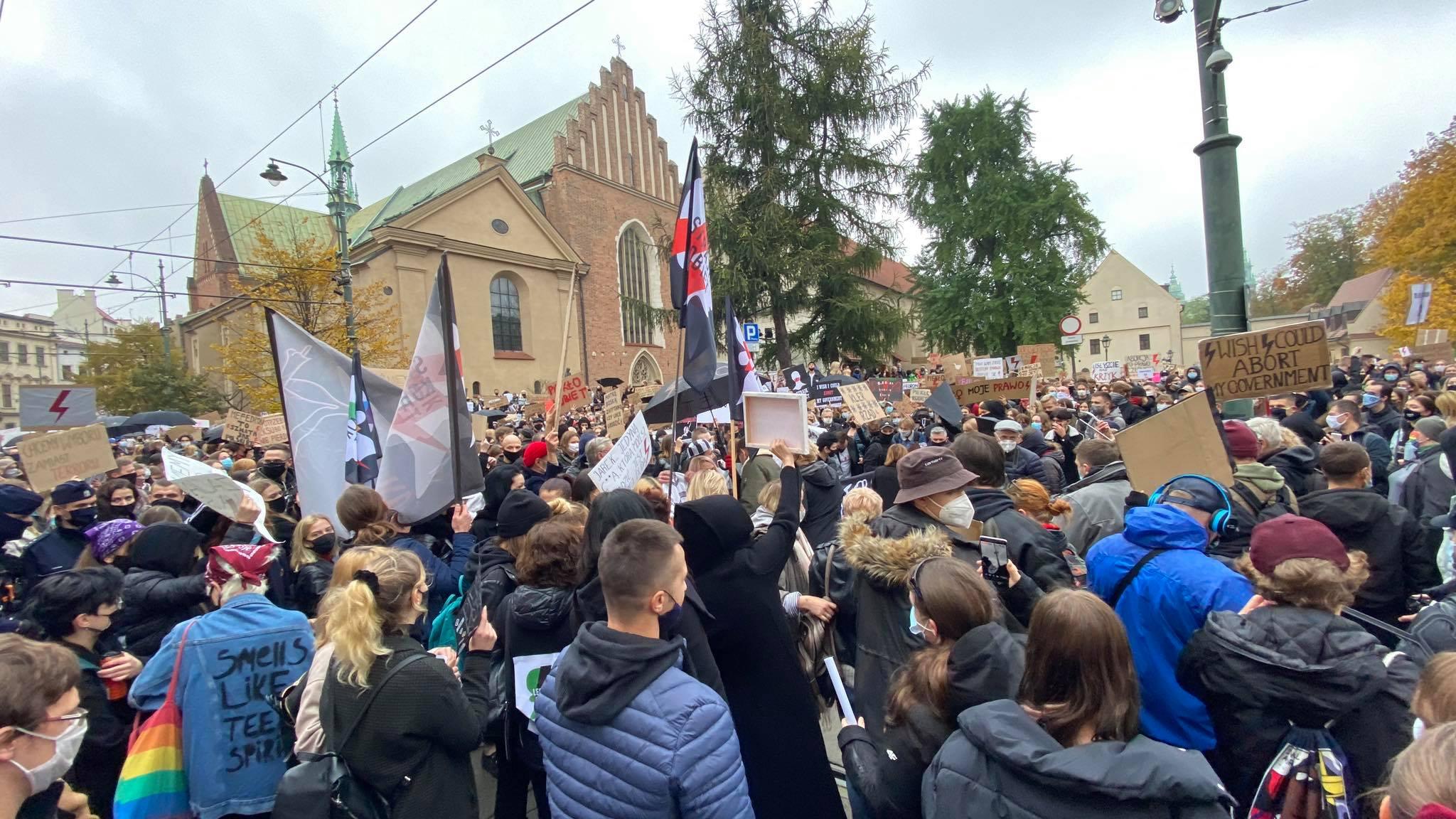 Tłumy protestujących pod kurią na Franciszkańskiej. Kolejny protest przeciwko wyrokowi TK [zdjęcia]
