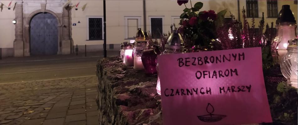 """""""To jest wojna"""" w Krakowie. Kuria: młodzi katolicy sprzątają po Strajku Kobiet"""