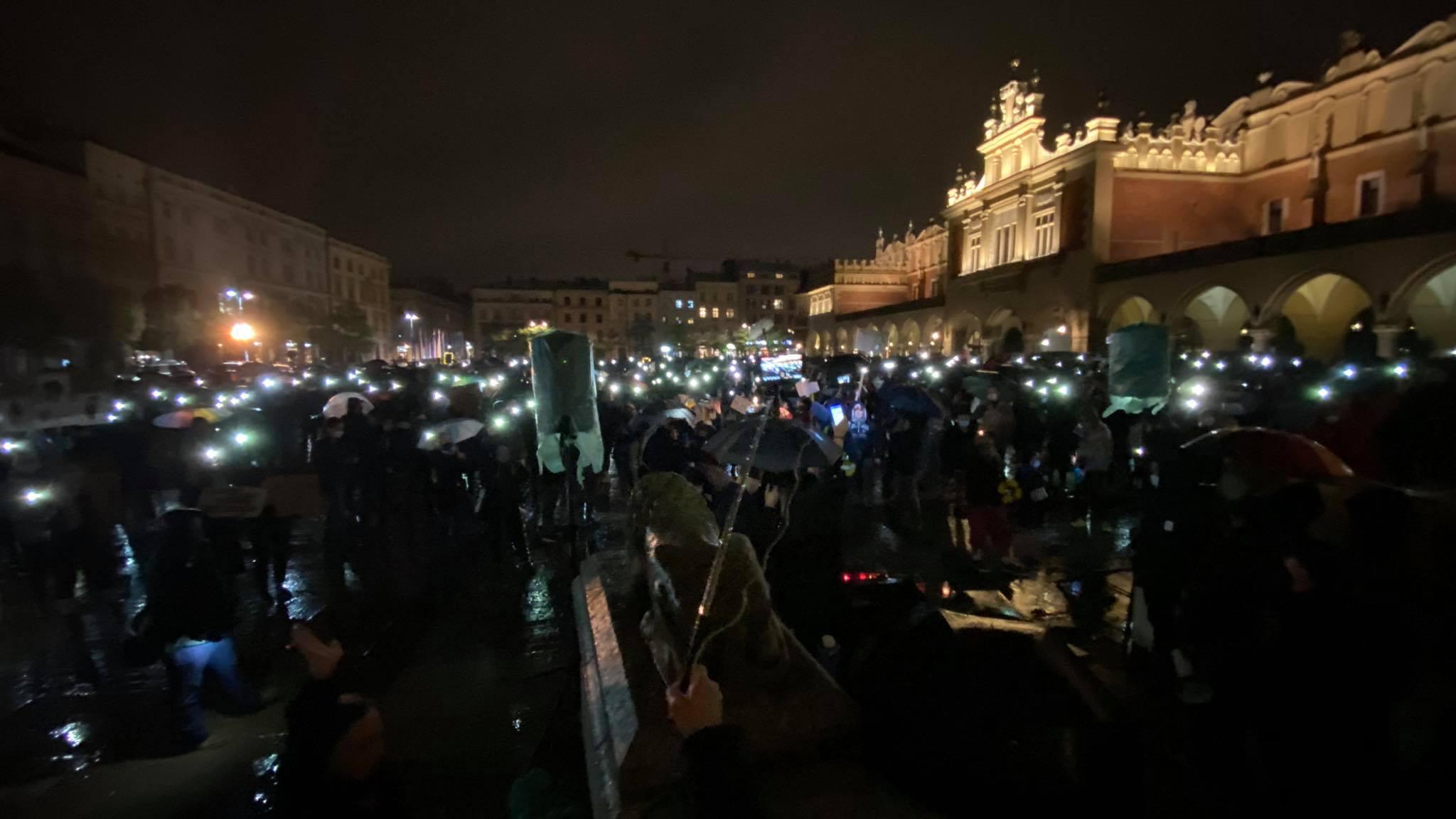 Manifestacja na Rynku Głównym w Krakowie. Deszcz nie odstraszył protestujących [zdjęcia, video]