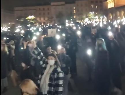 Drugi dzień protestów przeciwko wyrokowi TK. Znowu tłumy na Rynku Głównym w Krakowie [zdjęcia, video]