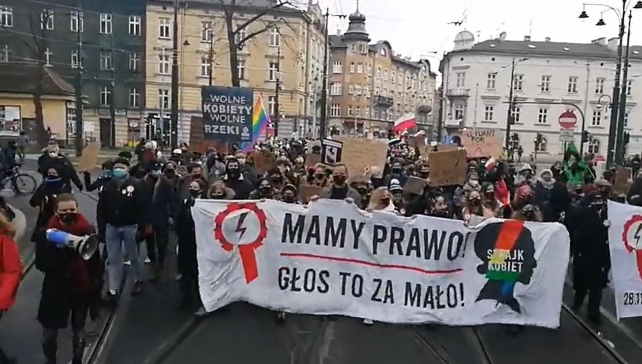 Strajk kobiet wychodzi na ulice Krakowa w rocznicę wprowadzenia stanu wojennego w Polsce