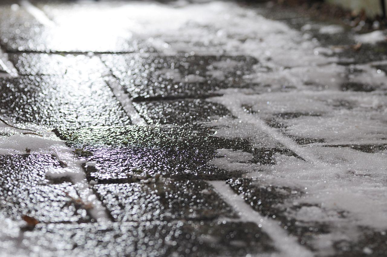 Ostrzeżenie dla Krakowa – niebezpiecznie na drogach i chodnikach! Gołoledź i śliskie jezdnie!