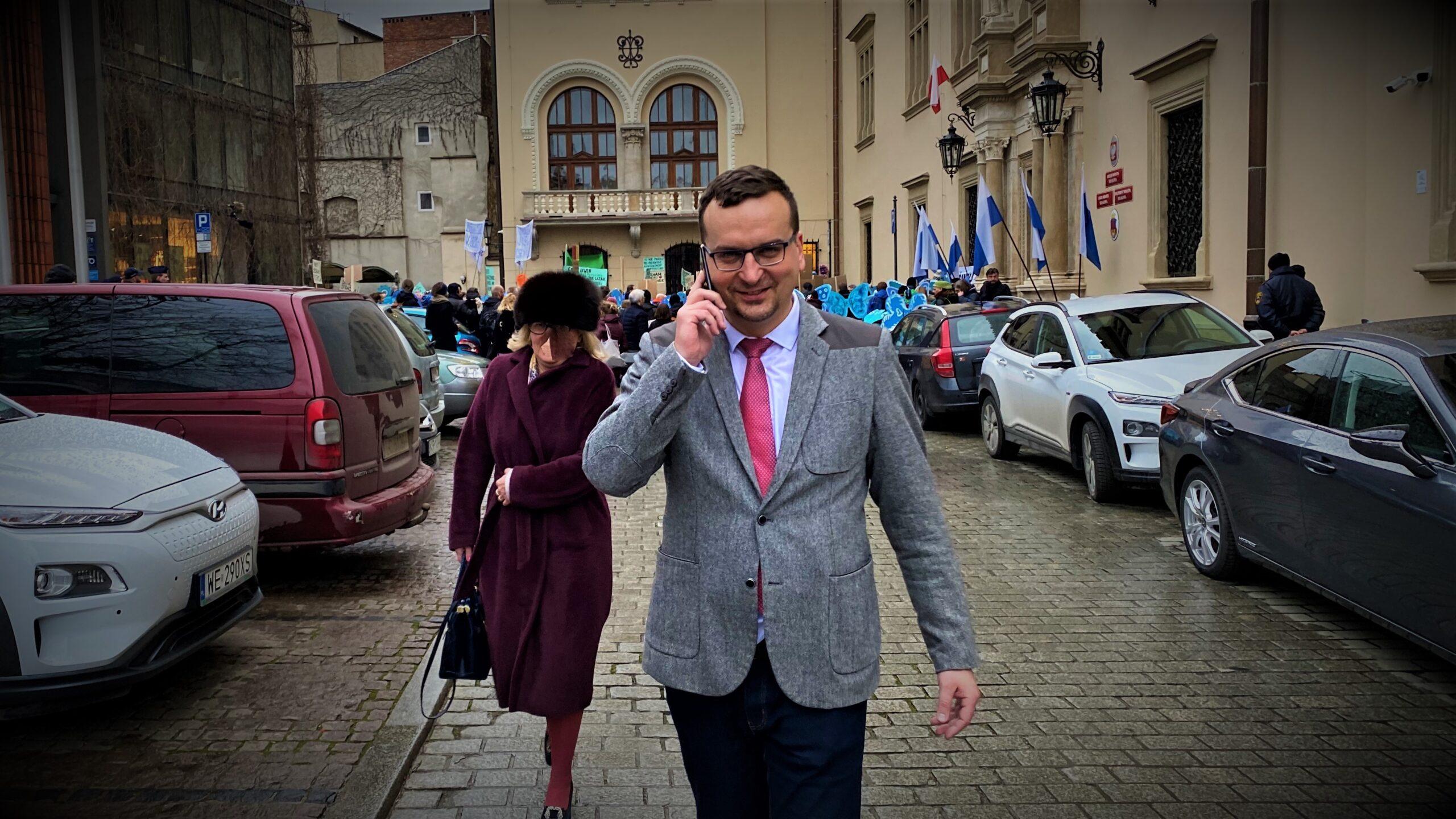 Krakowski radny wezwany na policję! Co przeskrobał?
