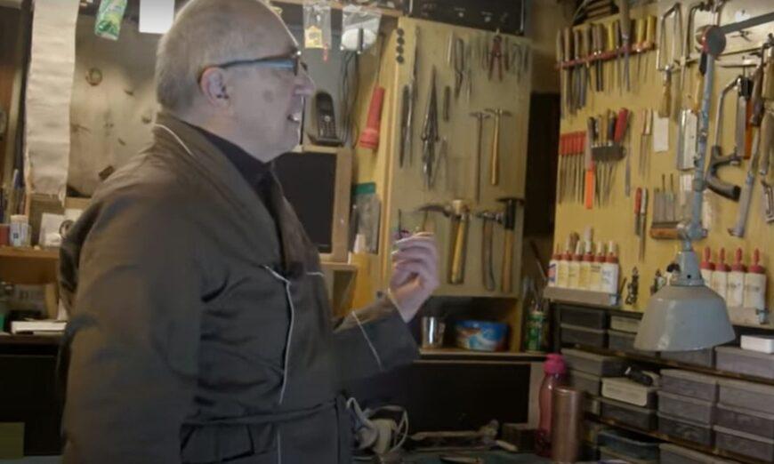 """Pan Stanisław, bohater filmu """"Człowiek, który majsterkuje przy szablach"""" / Fot. Pasjonaci TV"""