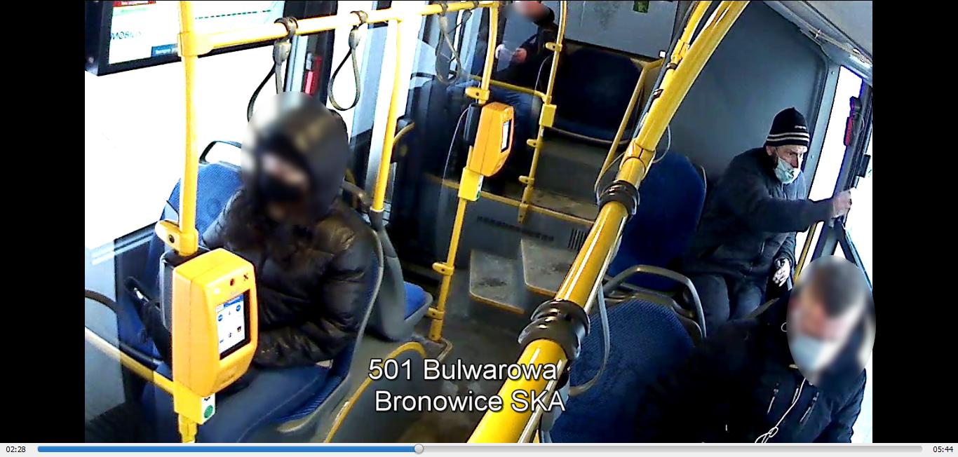 Tak wygląda wandal, który pociął siedzenia w sześciu autobusach. Policja prosi o pomoc w jego ujęciu