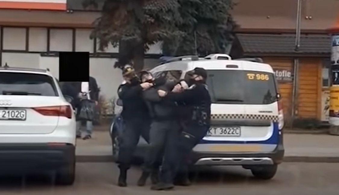 Jadł hot-doga, a wtedy do akcji wkroczyli strażnicy miejscy. Oburzające nagranie obiegło sieć (video)