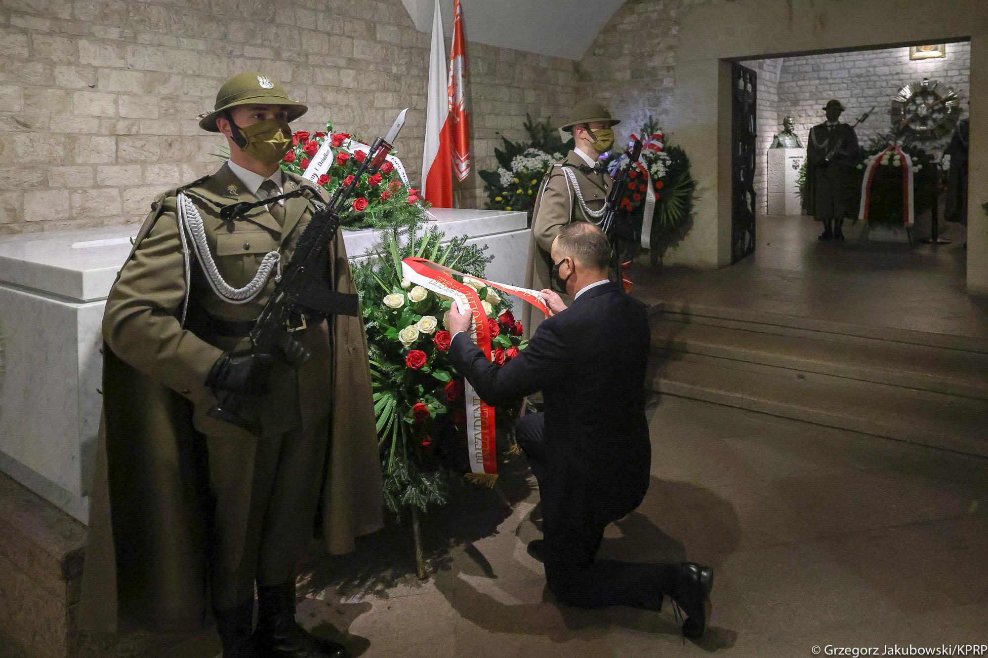 11. rocznica katastrofy smoleńskiej w Krakowie. Hołd dla pary prezydenckiej na Wawelu