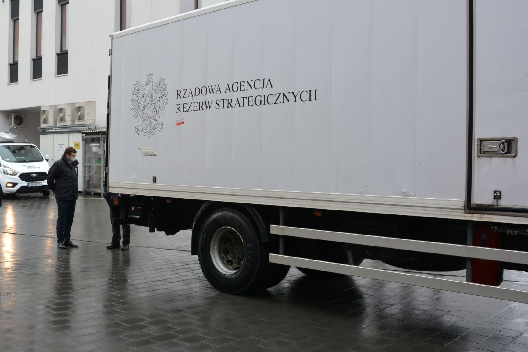 Koronawirus. Do Małopolski trafił transport maseczek, kombinezonów i respiratorów